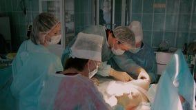 外科医生队在完成reimplantation手术的过程中 股票录像