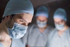 外科医生队在操作时 免版税库存照片