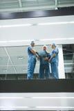外科医生队谈论X-射线在走廊 免版税库存照片