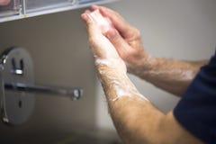 外科医生洗涤的手 免版税库存图片