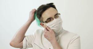 年轻外科医生去除面具和盖帽 股票录像