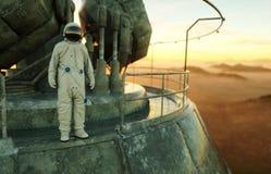 外籍人行星的单独宇航员 在金属基的火星 未来概念 3d翻译 免版税图库摄影