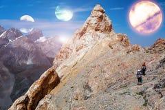 外籍人行星风景和两爬山者 免版税库存图片