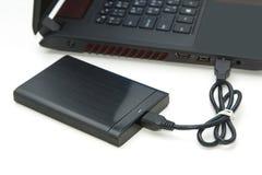 外置硬盘连接到计算机笔记本 免版税库存图片