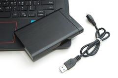 外置硬盘连接到计算机笔记本 免版税库存照片
