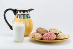 外耳面包&投手牛奶 免版税库存照片