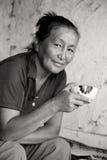 外观亚裔饮用的茶妇女 免版税图库摄影