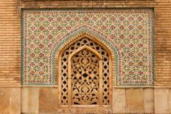 外部五颜六色的装饰马赛克墙壁和工艺大理石framew 免版税库存照片