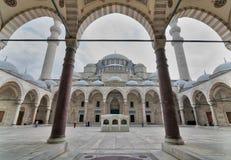 外部低角度天射击了Suleymaniye清真寺,位于伊斯坦布尔第三小山的一个老无背长椅皇家清真寺  库存图片