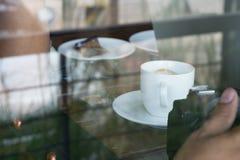从外部咖啡店的照片集中于咖啡杯 免版税库存图片