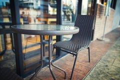 外部咖啡馆有迷离背景 免版税库存照片