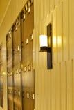 外部商业大厦在晚上,在木墙壁的壁灯,现代商店,现代企业大厦otside, 库存照片