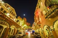 外部在微明期间的历史使命旅馆与月亮 库存照片
