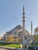 外部天射击了Suleymaniye清真寺,位于伊斯坦布尔,土耳其第三小山的无背长椅皇家清真寺  免版税图库摄影