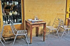 外部安排餐馆小的表 免版税库存照片