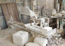 外部工作区域在举世闻名的石灰石艺术家的演播室,伦佐Buttazzo 免版税库存图片