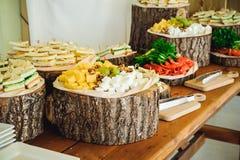 外部承办酒席自助餐桌用事件的客人的可口食物在土气样式的 服务在业务会议,党, w上 免版税库存图片