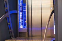 外部是玻璃悬墙电梯,蓝色口气图 库存照片