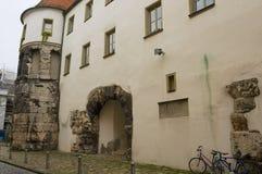 外部波尔塔Praetoria东方塔的遗骸从古老罗马时期的在Regensbusg,德国 免版税库存照片