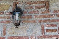外部灯具在有拷贝空间的砖墙登上了 安装的节能电灯泡 库存图片