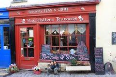 外部疯狂的帽商茶室Ulverston Cumbria 库存图片