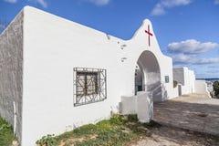 外部白色公墓在圣诞老人Eularia des Riu,伊维萨岛,西班牙 免版税图库摄影