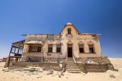 外部看法其中一个被放弃的房子在Kolmanskop鬼城在LÃ ¼ deritz附近的在纳米比亚 免版税图库摄影