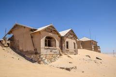 外部看法其中一个被放弃的房子在Kolmanskop鬼城在LÃ ¼ deritz附近的在纳米比亚 免版税库存照片