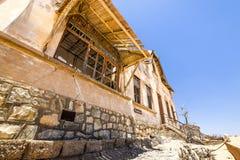 外部看法其中一个被放弃的房子在Kolmanskop鬼城在LÃ ¼ deritz附近的在纳米比亚 图库摄影