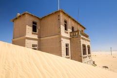 外部看法其中一个被放弃的房子在Kolmanskop鬼城在LÃ ¼ deritz附近的在纳米比亚 库存照片