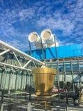 外部管子和金子艺术在篷皮杜中心,巴黎,法国之外,在一个晴天 免版税库存图片