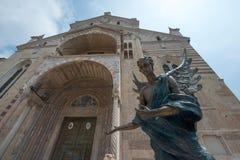 外部维罗纳的大教堂和一个古铜色天使邀请的访客 库存图片