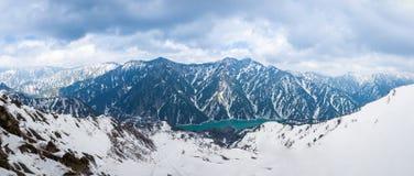 外部美好的全景视图风景雪墙壁的从Murodo驻地在富山,日本 免版税库存照片
