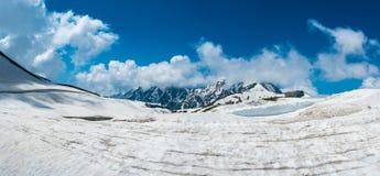 外部美好的全景视图风景雪墙壁的从Murodo驻地在富山,日本Murodo驻地 库存图片