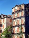 外部被放弃的公寓在城市 免版税图库摄影
