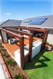外部露台区域的顶视图与一个豪华房子的s的 免版税库存照片