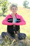 外部青少年的瑜伽 免版税图库摄影