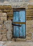 外部,老门片段,老门纹理视图,抽象场面,在家没人,风化了门,在明亮的墙壁的接近的门 免版税库存照片