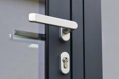 外门把柄和安全锁 免版税库存图片