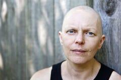 外面一位女性癌症患者的画象 免版税库存图片