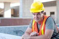 外面一名成熟建筑工人的纵向 免版税库存图片