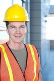 外面一名成熟建筑工人的纵向 库存照片
