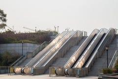 外面两个自动扶梯与太阳反射 免版税库存图片