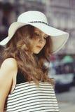 外面夏天帽子的妇女 免版税库存图片
