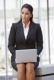 外面女实业家膝上型计算机使用 免版税库存照片