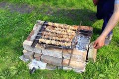 外面开胃shashlik 烹调猪肉 烤肉午餐 免版税库存照片