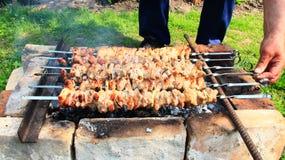 外面开胃shashlik 烹调肉的过程 烤肉午餐 免版税库存照片
