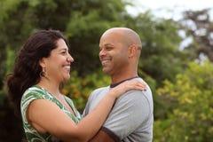 外面混合的族种夫妇 免版税库存图片