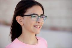 戴外面眼镜的俏丽的preteenager女孩 库存图片