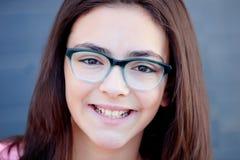戴外面眼镜的俏丽的preteenager女孩 免版税库存图片